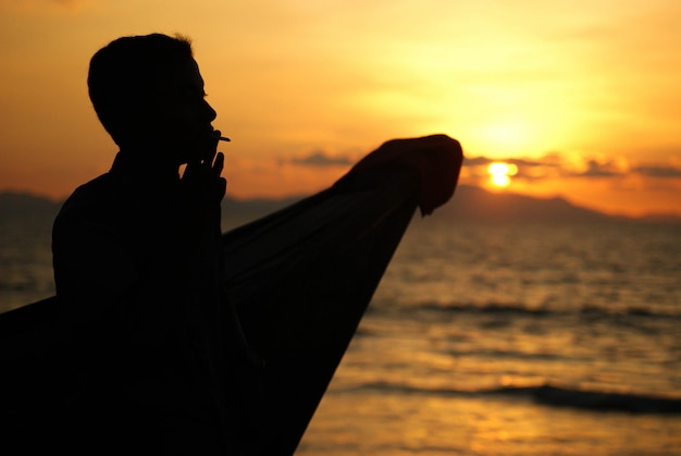 Felicidade ao pôr do sol em indonésio