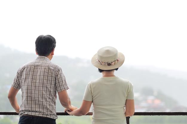 Felicidade asiática de meia idade um casal de férias.