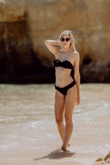 Felicidade das férias de verão, mulher alegre e despreocupada em pé na areia branca