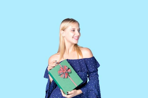 Felicidade das mulheres recebendo caixas de presente