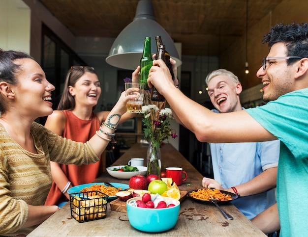 Felicidade de amigos, aproveitando o conceito de comer de jantar
