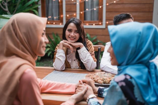 Felicidade de amizade quando se gosta de comer iftar juntos