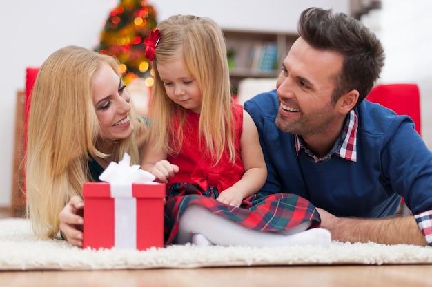 Felicidade de natal de uma jovem família