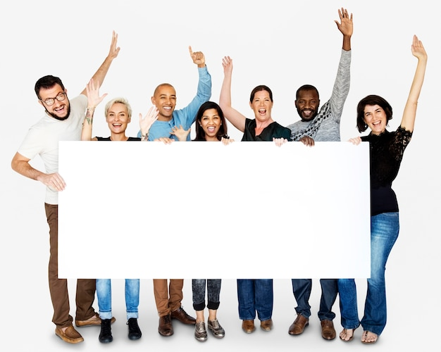 Felicidade grupo de pessoas braços levantados e segurando bandeira em branco