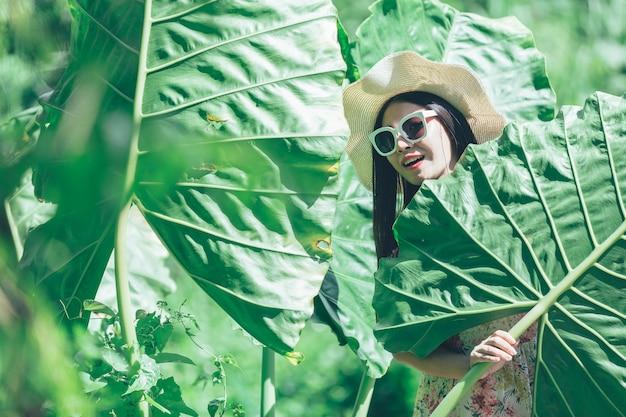 Felicidade linda mulher asiática de óculos no parque