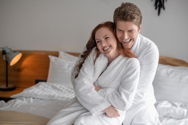 Felicidade. um lindo casal passando um tempo juntos em casa e parecendo feliz