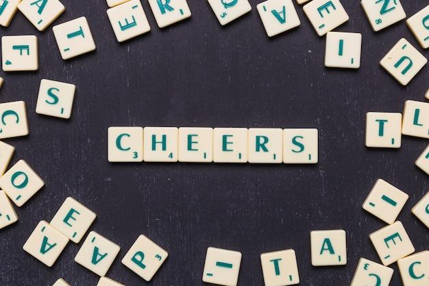 Felicidades scrabble letras sobre fundo preto