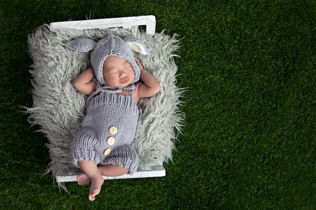 Feliz adorável menina dormindo no berço. criança pequena, soneca do dia na cama