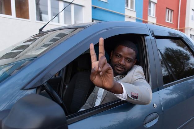 Feliz afro-americano no carro