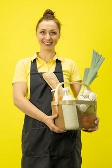 Feliz agricultor feminino segurando cesta de produtos orgânicos, compras on-line