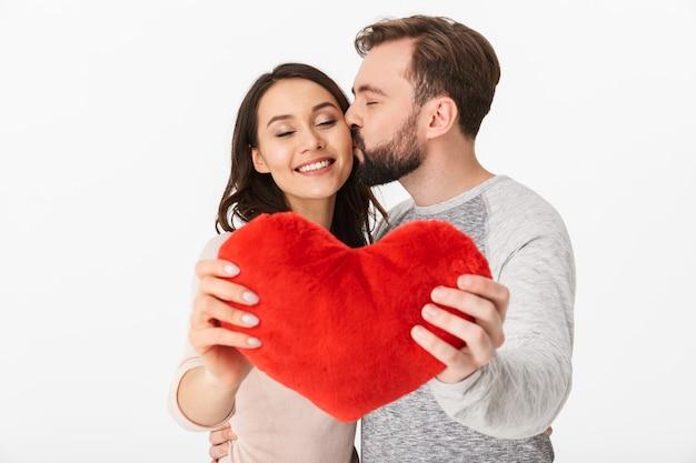 Feliz, amando o jovem casal dançando com coração