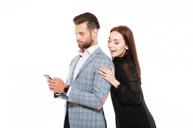 Feliz, amando o jovem casal dançando isolado