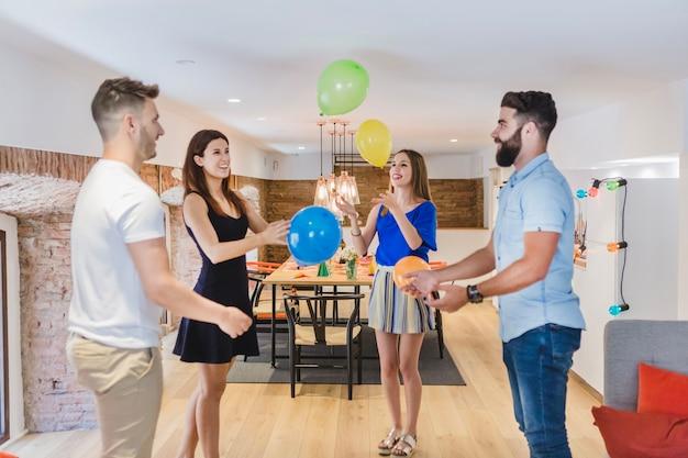Feliz amigos se divertindo com balões