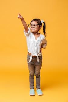 Feliz animado menina criança apontando.