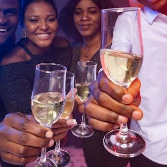 Feliz aniversário a brindar champanhe