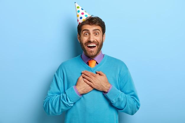Feliz aniversário bonito, positivo, homem se sentindo grato e emocionado