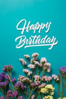 Feliz aniversário com composição de flores