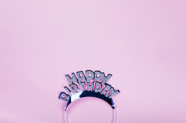 Feliz aniversário coroa no fundo rosa