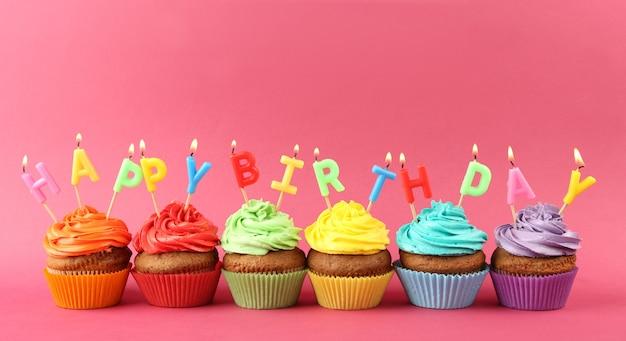 Feliz aniversário cupcakes em rosa