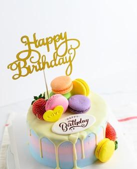 Feliz aniversário fresco macaroon bolo com chocolate feliz aniversário no bolo conceito