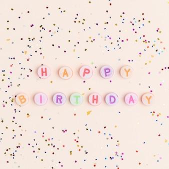 Feliz aniversário palavra missangas letras do alfabeto