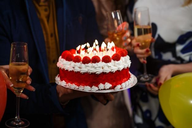 Feliz aniversário! pessoas do grupo segurando o bolo.