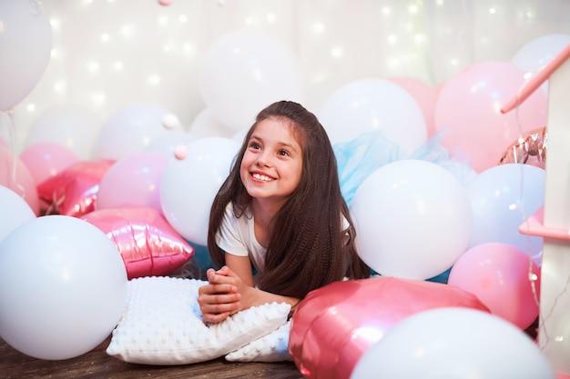 Feliz aniversário! retrato da menina bonitinha, brincando com casa de bonecas para bonecas.