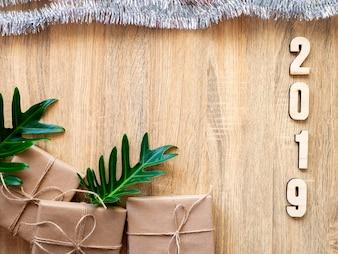 Feliz ano novo 2019 decorativo com caixa de presente em madeira