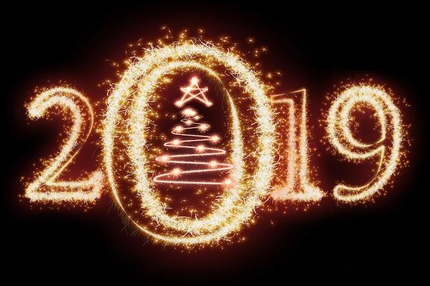 Feliz ano novo 2019 e árvore de natal, escrito com fogo de artifício de brilho em fundo escuro