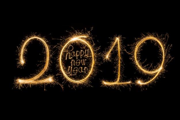 Feliz ano novo 2019 escrito com fogo de artifício de brilho