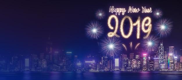 Feliz ano novo 2019 fogo de artifício sobre a paisagem urbana edifício perto do mar durante a celebração da noite
