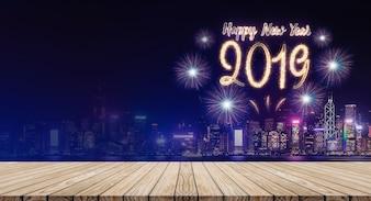 Feliz ano novo 2019 fogos de artifício sobre a paisagem urbana à noite com a tabela de prancha de madeira vazia
