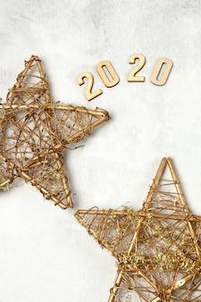 Feliz ano novo 2020 com composição de decoração de natal