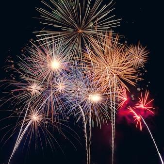 Feliz ano novo 2020 com fogos de artifício no escuro
