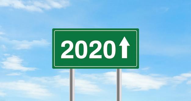 Feliz ano novo 2020. conceito de sinal de estrada. fundo do céu