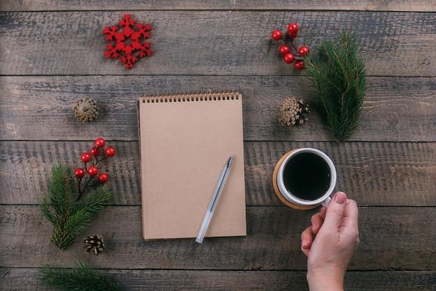Feliz ano novo 2020 e o conceito de natal. mão de uma mulher segurando a xícara de café