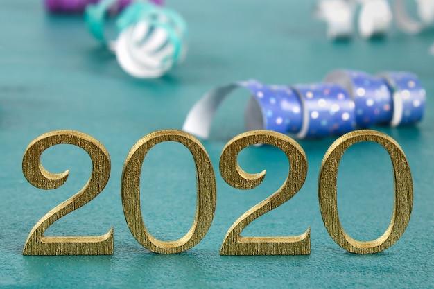 Feliz ano novo 2020, escrito em letras de madeira douradas