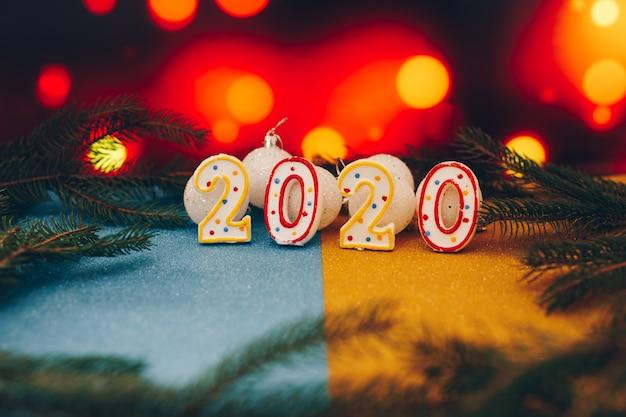 Feliz ano novo 2020 fundo com galhos de árvores de abeto