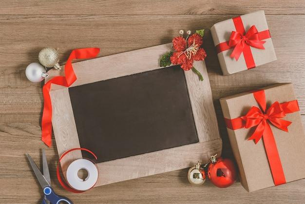 Feliz ano novo 2020 lista de resoluções de madeira e ano novo escritas na lousa com caixa de presente