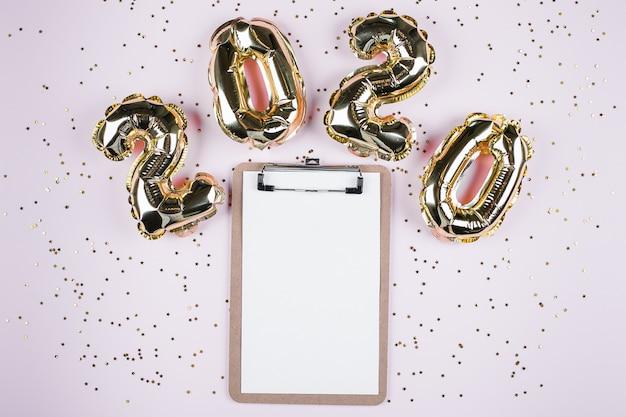 Feliz ano novo 2020. número 2020 balão de ouro.