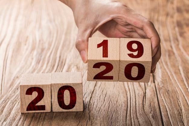 Feliz ano novo 2020, número em cubos de madeira