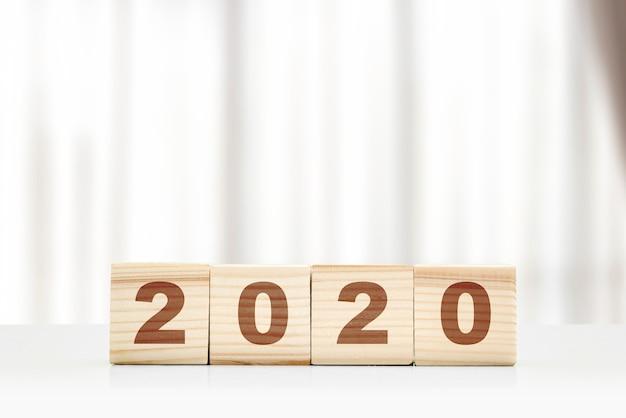 Feliz ano novo 2020 números em blocos de madeira