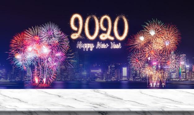 Feliz ano novo 2020 (renderização em 3d) fogos de artifício sobre a paisagem urbana à noite com mesa de mármore branca vazia