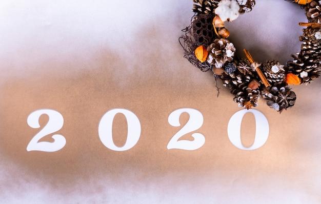 Feliz ano novo 2020 saudação fundo com coroa de flores