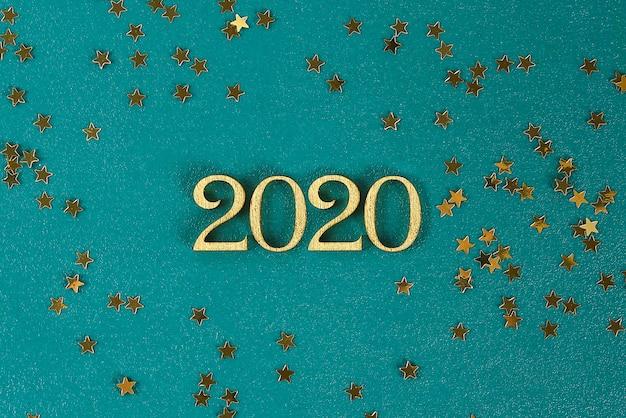Feliz ano novo 2020. texto criativo feliz ano novo 2020 escrito em letras de madeira douradas.