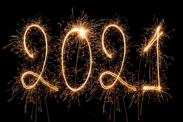 Feliz ano novo 2021. texto ardente espumante feliz ano novo 2021 isolado no fundo preto.