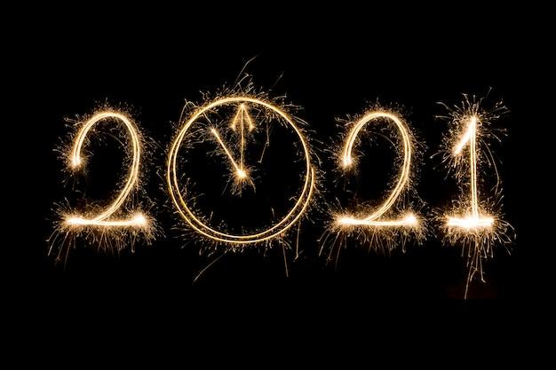 Feliz ano novo 2021. texto em chamas espumante feliz ano novo 2021 isolado no preto. contagem regressiva do ano novo