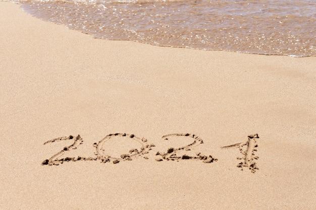 Feliz ano novo 2021 texto na praia. planejamento de férias.