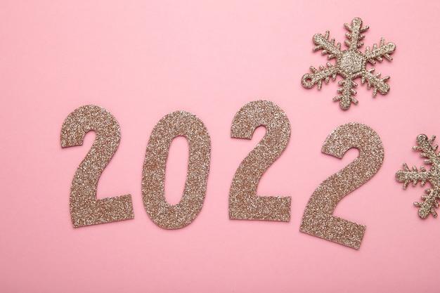 Feliz ano novo 2022. fundo de natal com flocos de neve e numerais 2022. vista superior