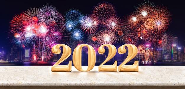 Feliz ano novo 2022 (renderização em 3d) fogos de artifício sobre a paisagem urbana à noite com a mesa de mármore branca vazia, modelo de banner simulado para exibição ou montagem de produto para publicidade de promoção de férias.